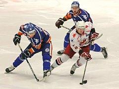 Výhra. Havlíčkobrodští hokejisté zdolali svého tabulkového pronásledovatele z Litoměřic (v tmavém) a velmi výrazně se přiblížili umístění, které by jim zaručilo výhodu domácího prostředí v play-off.