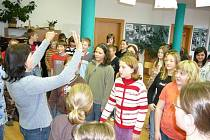 Polské počty. Polsky se pozdravit skrze básničku nebo počítat, to se učily české děti v hudebně, která se na dva dny proměnila na malé Polsko s polskými učitelkami a žáky.