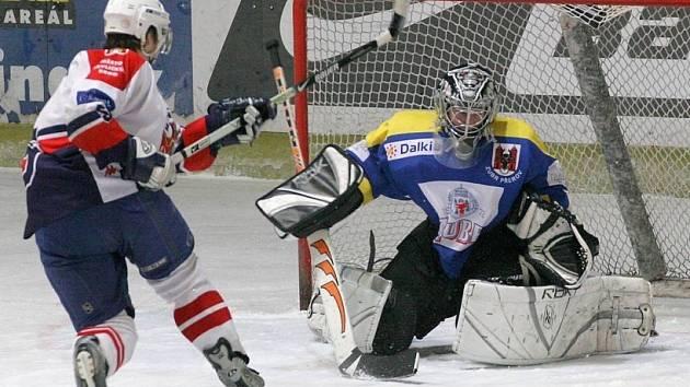 Posun. Hokejoví junioři Havlíčkova Brodu (ve světlém) využili zaváhání Nového Jičína a posunuli se na druhou příčku ligy juniorů.