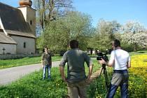 Natáčení u podlipnických kostelíků.