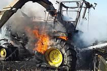 Na poli u Vilémova na Havlíčkobrodsku hořela samochodná řezačka.