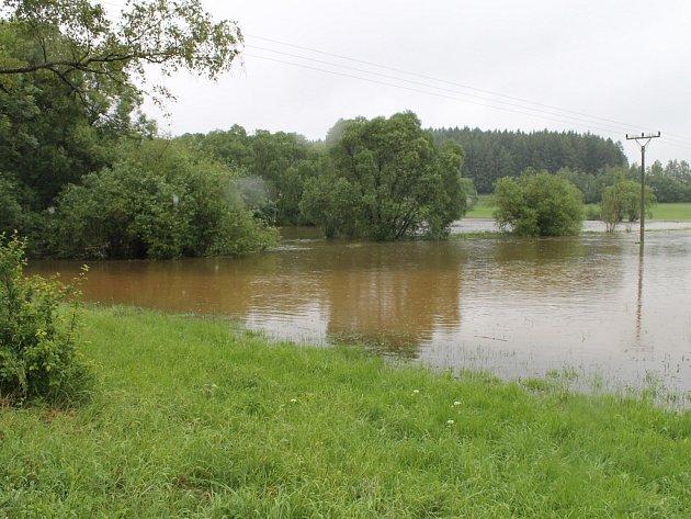 Doubrava. Řeka se při nedávných povodních na mnoha místech vylila ze svých břehů.