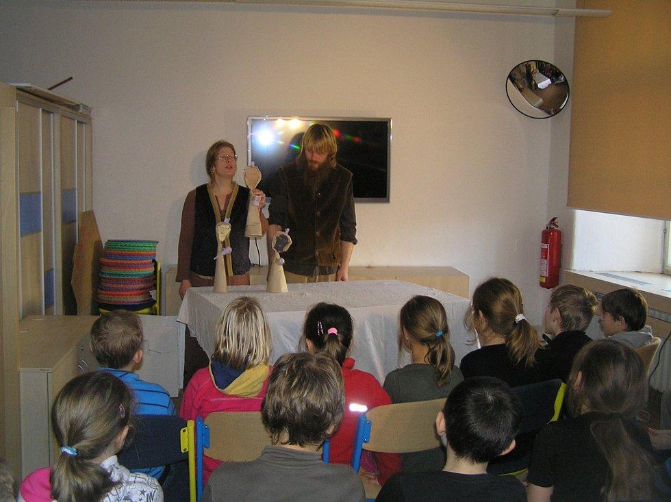 Atmosféru Vánoc přiblížili dětem manželé Machkovi ze sdružení Umění mění.