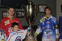 Do Chotěboře v sobotu zavítal pohár pro mistra hokejové extraligy, který do svého rodného města přivezl Tomáš Zohorna (vlevo), který ho vybojoval v dresu Pardubic.