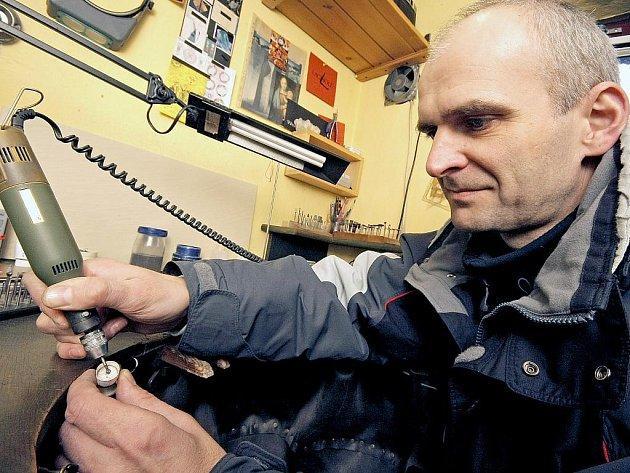 Zlatník Lubor Baum vytváří originální stříbrné šperky. K vidění jsou na www.sperky-baum.cz.