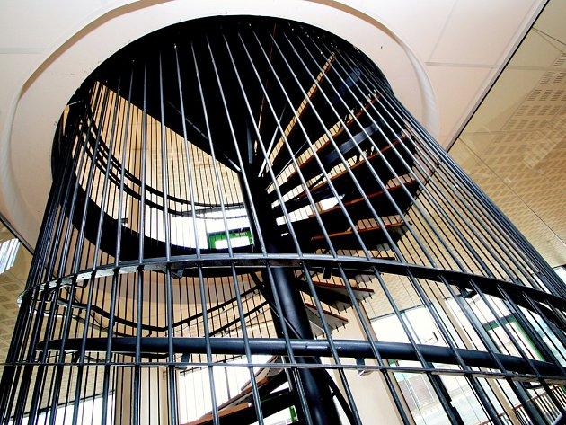 Točité schody jsou 7,5 m vysoké, a přesto naprosto bezpečné. Díky devadesáti vertikálním táhlům žádný školák přes zábradlí nepřepadne.