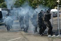 Taktické cvičení příslušníků operativně eskortní skupiny z věznice ve Světlé nad Sázavou.