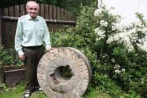 Jindřich Březina, poslední mužský potomek deseti generací mlynářů, u mlýnského kamene, který obilí drtil naposledy v roce 1942.
