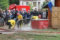 """Šikovnost, souhra a čas - tyto """"veličiny"""" byly podstatou hasičské soutěže v požárním útoku."""