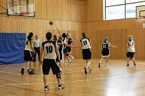O padesát dva bodů prohrály brodské basketbalistky na domácí palubovce s Týništěm nad Orlicí.  Nejlepší střelkyní byla s deseti body Karlíková.