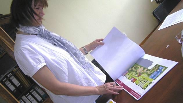 Ředitelka DD nad studií nového krajského domova pro seniory.