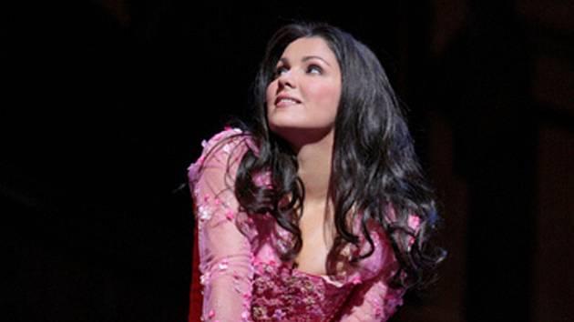 Titulní roli Julie nastudovala sopranistka Anna Netrebko.