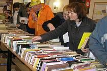 Čtenáři přicházeli ve středu do vestibulu krajské knihovny v Havlíčkově Brodě v celých houfech a nadšeně listovali knihami za pár korun.