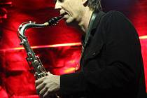 Po dvou úspěšných turné v posledních letech se saxofonista Ian Ritchie vrací do České republiky, aby divákům dokázal, že hudba nemá žádné hranice.