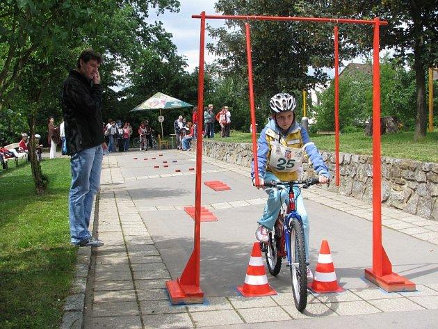 Jízda zručnosti patřila mezi čtyři disciplíny, které všichni soutěžící v areálu ZŠ Lánecká ve Světlé absolvovali. Kromě průjezdu branou na snímku museli mladí cyklisté zvládnout i slalom, nebo přepravu plastového hrníčku plného vody z místa na místo.