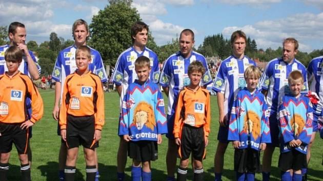 Petr Průcha (druhý zprava) může být se svou novou smlouvou, kterou podepsal s Rangers minulý týden, spokojený.