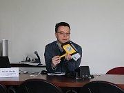 Odhalí nebezpečí. Přístroj spektrometr, který během pěti vteřin odhalí složení zkoumaného šperku, představil inspektor oddělení odpadového hospodářství Martin Marko.