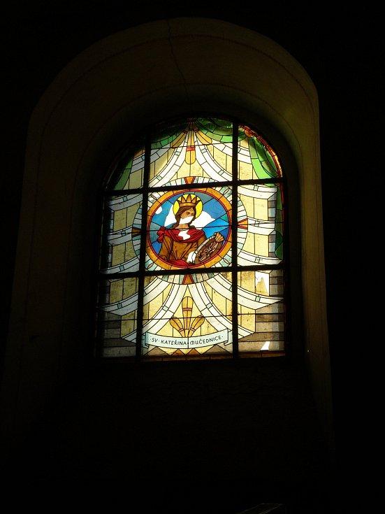 """Spolek Přátelé Zahrádky se snaží postupně opravovat a oživovat kostel svatého Víta v zaniklé obci Zahrádka na Ledečsku. Vyhlásil také akci """"Adoptujte okno!"""". Každý, kdo chce přispět na záchranu okenních vitráží, může ke svému příspěvku uvést, na které ze"""