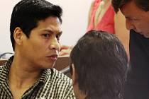 U soudu. Obviněný Nguyen při poradě se svým obhájcem a tlumočníkem.