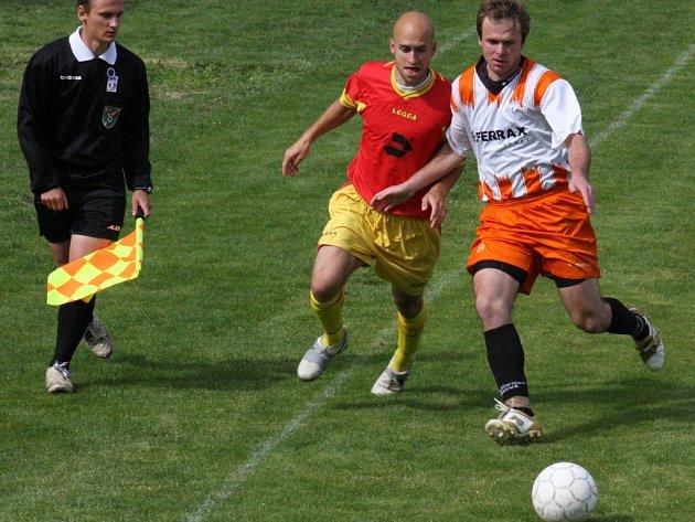 Ždírecký Petr Hanousek (uprostřed) měl náročný víkend, v sobotu odehrál celé utkání za áčko Dekory, v neděli nastoupil na celý zápas za béčko. Navíc po sobotní výhře A–týmu s ním slavil postup do divize.