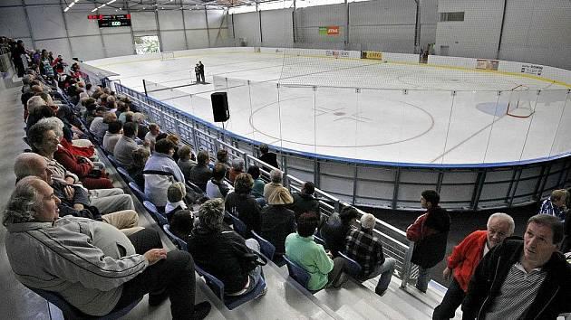 Za velkého zájmu veřejnosti byl v pátek odpoledne slavnostně otevřen zimní stadion ve Světlé nad Sázavou. Celý projekt si vyžádal investici ve výši 110 milionů korun.