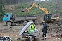 Těžká technika. Z místa ekologické havárie, kterou mají na svědomí zloději nafty, bude odtěžena dvoumetrová vrstva zeminy z asi jednoho hektaru půdy.
