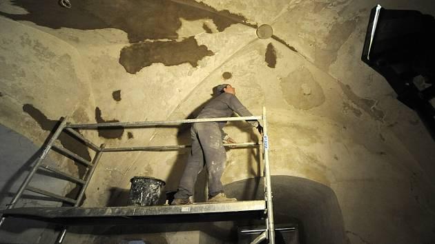 Stavbaři. Obnova prvního patra Thurnovského paláce na hradě Lipnice pokračuje. Práce by měly být hotovy do konce roku.
