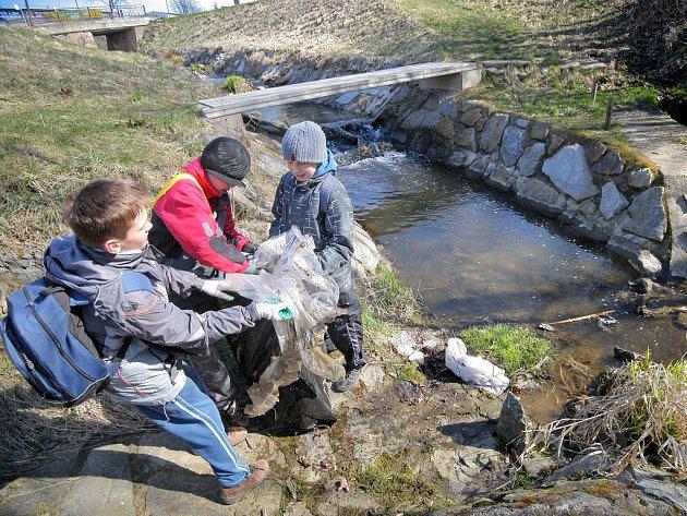 Kolem jednoho z potoků, vlévajícího se do Sázavy, vloni v dubnu uklízeli i žáci brodské základní školy Konečná.