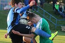 Ve středečním derby byli fotbalisté Přibyslavi důraznější, klíčovou situaci před vlastní brankou v 73. minutě však nezvládli. V zajímavém souboji se ocitli techničtí hráči, ždírecký Lukáš Mrázek (vpravo) a Pavel Škacha.