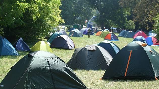 Také letos bude stanové městečko Sázavafestu společně s parkovištěm umístěno na louce v sousedství skláren.
