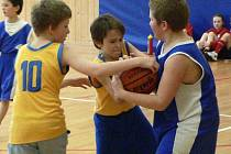 David Zoubek a Tomáš Weber (ve žlutém zleva) se snaží ukořistit míč v zápase proti žďárským chlapcům.