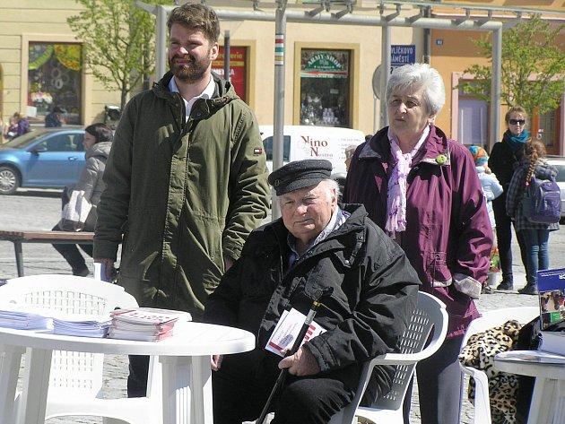 Lékař Jiří Koref (v popředí) je v Havlíčkově Brodě posledním pamětníkem holocaustu.