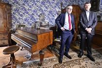 Ministr kultury Lubomír Zaorálek (vlevo) a premiér Andrej Babiš navštívili 23. července 2020 zámeček básníka a grafika Bohuslava Reynka v Petrkově na Havlíčkobrodsku. Na snímku jsou v tzv. modrém pokoji.