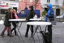 Skoro prázdné náměstí a pár opuštěných stánků. Tak to vypadalo o vánočních trzích 2018  v Havlíčkově Brodě. Není to moje vina říká pořadatel.