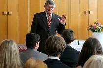 Ředitel lipské základní školy Antonín Gerža se v úterý rozloučil se žáky devátých tříd při slavnostním předávání vysvědčení.