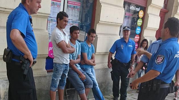 Městská policie lustruje na jihlavském náměstí mladíky podezřelé z krádeže v supermarketu.