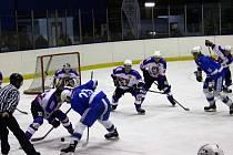 Druhá třetina rozhodla okresní hokejové derby mezi Chotěboří (ve světlém) a Světlou, domácí ji vyhráli 3:0.