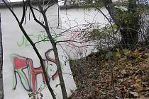"""Zeď hyzdí """"podpisy"""" vandalů."""