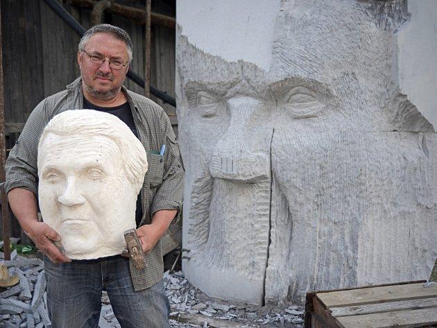 Ještě zhruba rok práce zabere sochaři Radomíru Dvořákovi tvorba nové sochy, která by se měla objevit u Lipnice nad Sázavou.