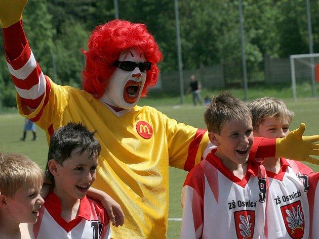Malí fotbalisté z havlíčkobrodské ZŠ Wolkerova se neztratili ani v krajském finále, které se hrálo vJihlavě. V kategorii B obsadili konečné třetí místo. Z vítězství se radovali hráči humpolecké ZŠ Hálkova, stříbrnou pozici pak obsadili žáci ZŠ Oslavická