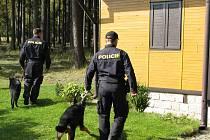 Psovodi. Na dopadení mladých zlodějů z Havlíčkobrodska má podíl i jeden z policejních psů. Ilustrační foto: