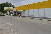 Zatímco obvykle je parkoviště u brodského Albertu odpoledne takřka vždy plné, včera zde již bylo prázdno. Supermarket prochází velkou rekonstrukcí.