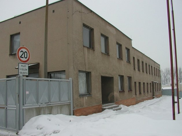 I tato budova v areálu kasárny letiště by se měla dočkat nového majitele