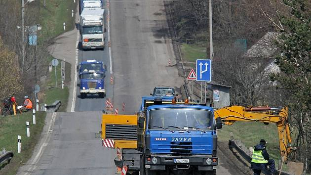 Až do 30. dubna se budou muset řidiči obrnit trpělivostí. Na silnici I/38 z Havl. Brodu na Jihlavu se opravuje vozovka před obcí Štoky.