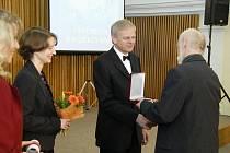 Cenu za významný kulturní přínos v roce 2009 získal smíšený pěvecký sbor Jasoň. Ocenění z rukou radního Ivana  Kuželky převzal předseda souboru Zdeněk Hermann (vpravo) a sbormistryně Jana Secká (vlevo).