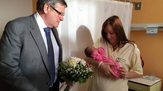 Hejtman obdaroval první letošní miminko na Vysočině.