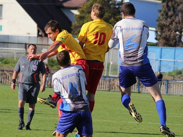 Náskok si po výhře 2:0 nad Štoky vytořili fotbalisté Světlé(v pruhovaném) a potvrdili tak lídra I. A třídy skupiny A.