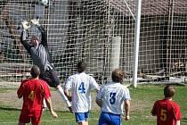 Stejný výsledek uhráli fotbalisté Pohledu. Stejně jako ve Štokách si doma poradili s humpoleckou rezervou 3:1. Na snímku pohledský brankář Jan Růžička vyráží protihráčovu střelu.