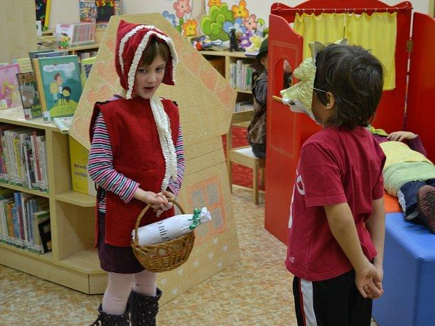 S nadšením. Dokonce i po třech reprízách v knihovně si děti přály hrát příběh Karkulky znovu ve školce.
