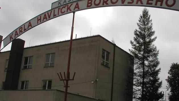 Na tento nápis už mohou brodští jen nostalgicky vzpomínat. Na místě kasáren vyrůstají byty a kanceláře. Ilustrační foto